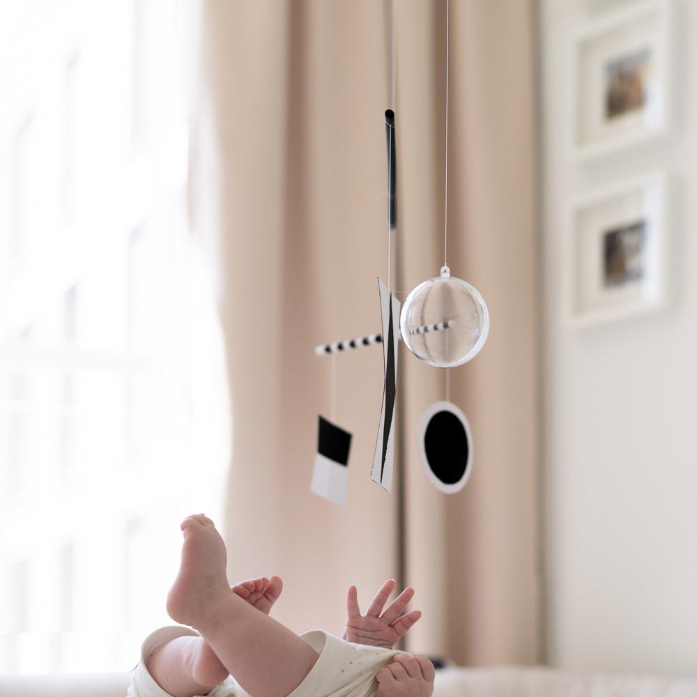 Munari Mobile DIY für das Babyzimmer: Montessori Mobile basteln nach Bruno Munari . Warum Mobiles nicht da sind um müde zu machen. Sondern um Babys den ersten Flow zu schenken. Mehr zu Montessori zu Hause und ein DIY Tutorial für das schöne Baby DIY Spielzeug auf: www.chezmamapoule.com #nursery #montessori #wochenbett #baby #mobile #selbermachen #babygeschenke Geschenke zur Geburt