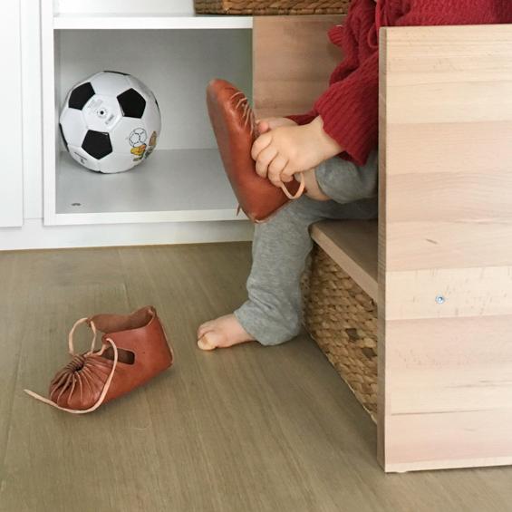 Kind zieht Schuhe an: Kindergarderobe mit Berlinerhocker www.chezmamapoule.com