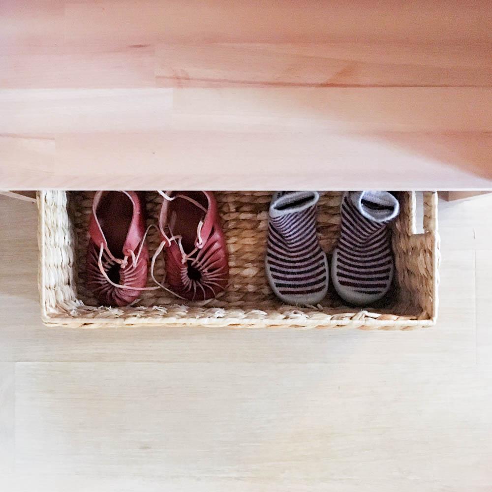 Schuhe im Korb: Kindergarderobe mit Berlinerhocker www.chezmamapoule.com