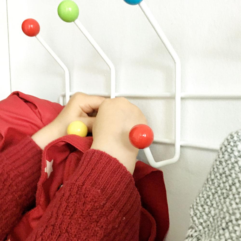 Selber aufhängen: Kindergarderobe mit Berlinerhocker www.chezmamapoule.com
