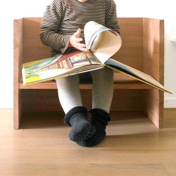 Auch als Lesebank: Kindergarderobe mit Berlinerhocker www.chezmamapoule.com