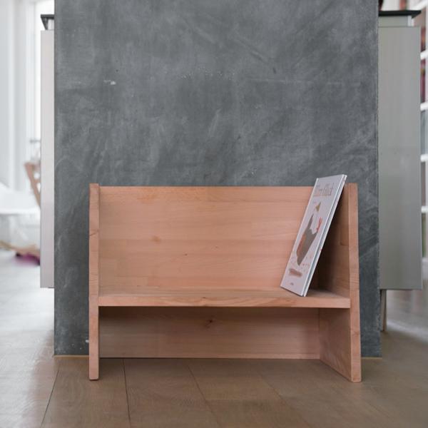 Zum Lesen verweilend: Kindergarderobe mit Berlinerhocker www.chezmamapoule.com