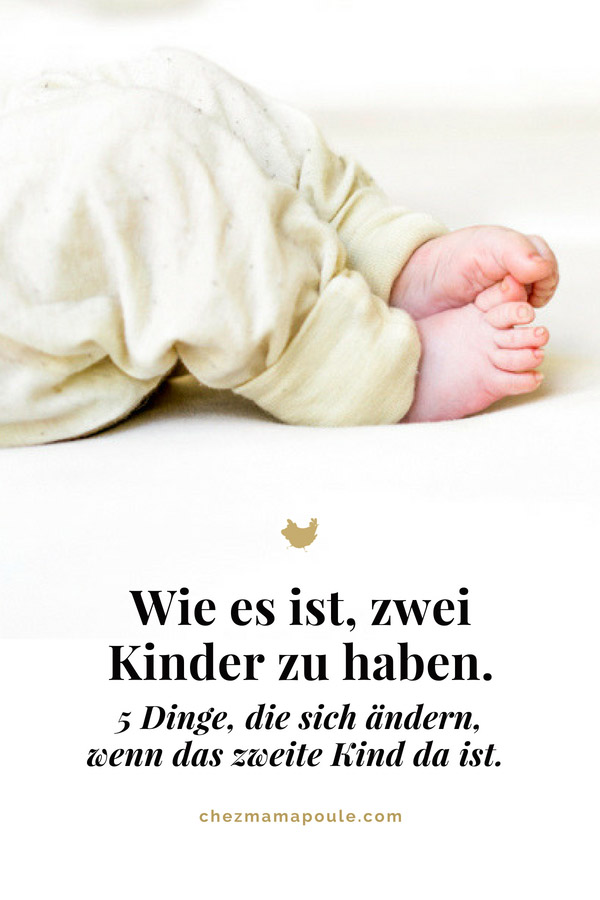 Zwei Kinder? Fünf Dinge, die sich ändern wenn das zweite Kind da ist: Weniger Schlaf, weniger Liebe, mehr Gelassenheit, das erste Kind wirkt riesengross und ganz wichtig: mehr Liebe www.chezamampoule.com