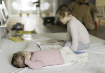 Baby-Kleinkind-allein-mit-zwei-Chez-Mama-Poule