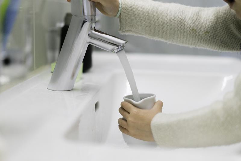 DIY-Waschtisch-Montessori-Zähneputzen-Kind-chezmamapoule