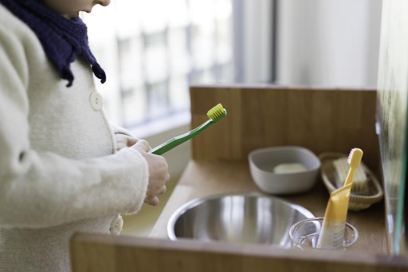 Montessori-Waschtisch-Zähneputzen