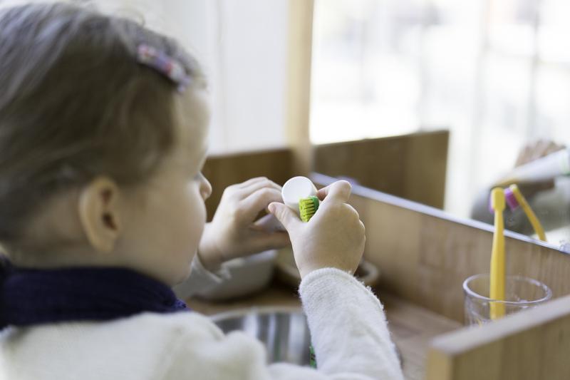 Montessori-Waschtisch-Zähneputzen-chezmamapoule