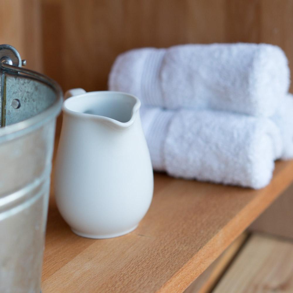 DIY Waschtisch nach Montessori chezmamapoule.com, Krug und Handtücher