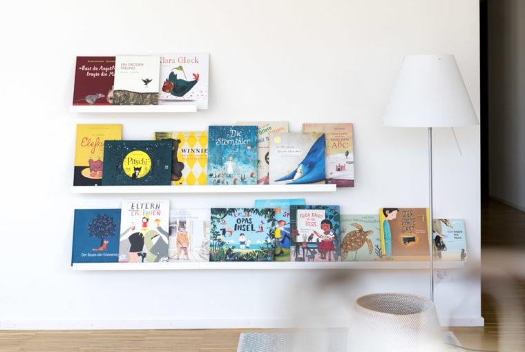 Bücherregal nach Montessori IKEA Hack, Kinderbücher, DIY, Selbermachen, #selbermachen, #kinderbuecher #montessori #diy #ikeahack #buecherregal www.chezmamapoule.com
