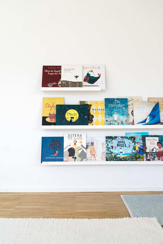 Buchdeckel zeigen nach vorne: Ein tolles Bücherregal für Kinder