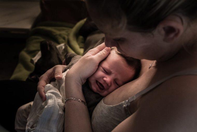 Warum Babies weinen www.chezmamapoule.com
