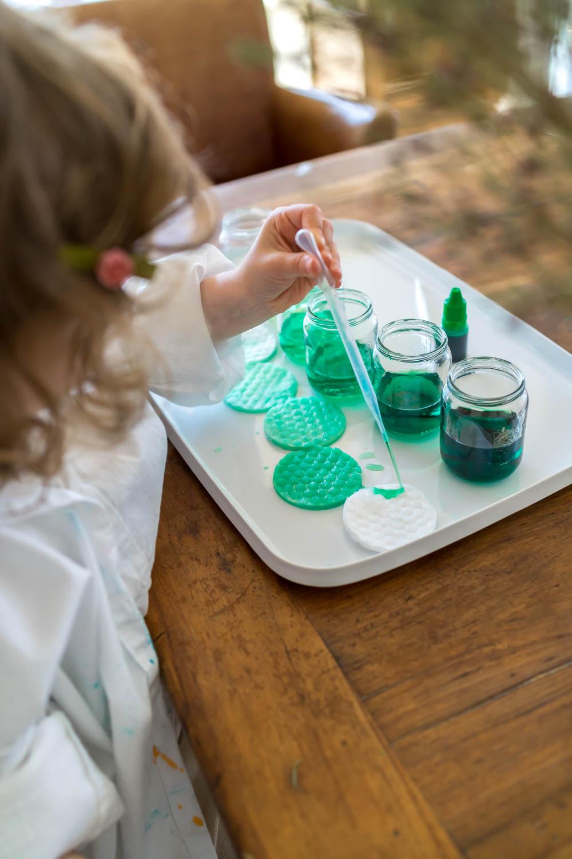 Spielidee mit Pipette und Lebensmittelfarben: Farben auf Watte transferieren