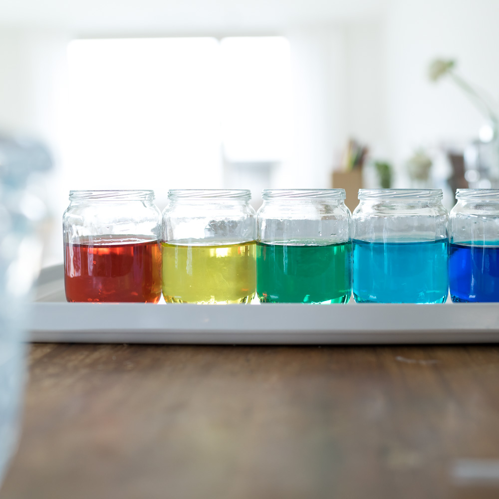 Spielidee mit Pipette und Lebensmittelfarben: Kunterbuntes Spiel mit Farben und Wasser