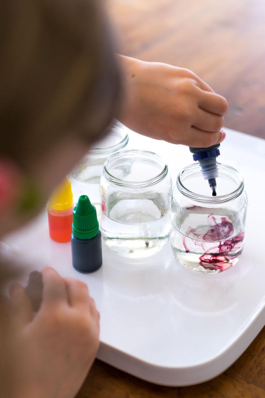 Spielidee Farben mischen mit Pipette im Wasserglas: Farben selbst anrühren // www.chezmamapoule.com Bildrechte Ellen Girod-5