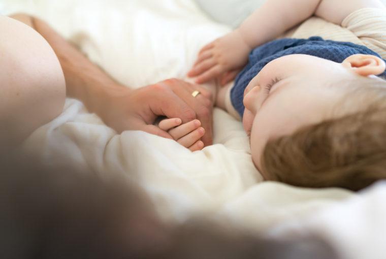 Einschlafbegleitung: Vater bringt Kind ins Bett www.chezmamapoule.com
