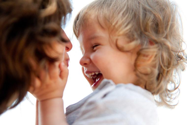 Curly Girl Methode für Kinder: Endlich schmerzfreie Haarroutine. Ich zeige euch wie wir rund 1 mal die Woche Haare kämmen. Und stelle euch unsere liebsten silikonfreien Haarspülungen vor. Haare kämmen ohne Tränen: www.chezmamapoule.com