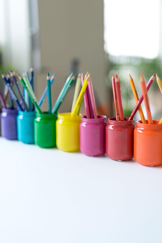 Upcycling & DIY-Idee fürs Kinderzimmer: Farbige Stiftehalter basteln. Ich zeige, wie man Stiftehalter selbermachen kann. Dafür braucht es lediglich altes Babybreiglas und Acrylfarbe. Diese Montessori-inspirierte Idee eignet sich für den Bastelbereich, die Malecke oder das Spielzimmer von grösseren Kindern (ca. ab vier Jahre) und natürlich auch für Kita, Kindergarten oder Schule. Unsere Anleitung: www.chezmamapoule.com