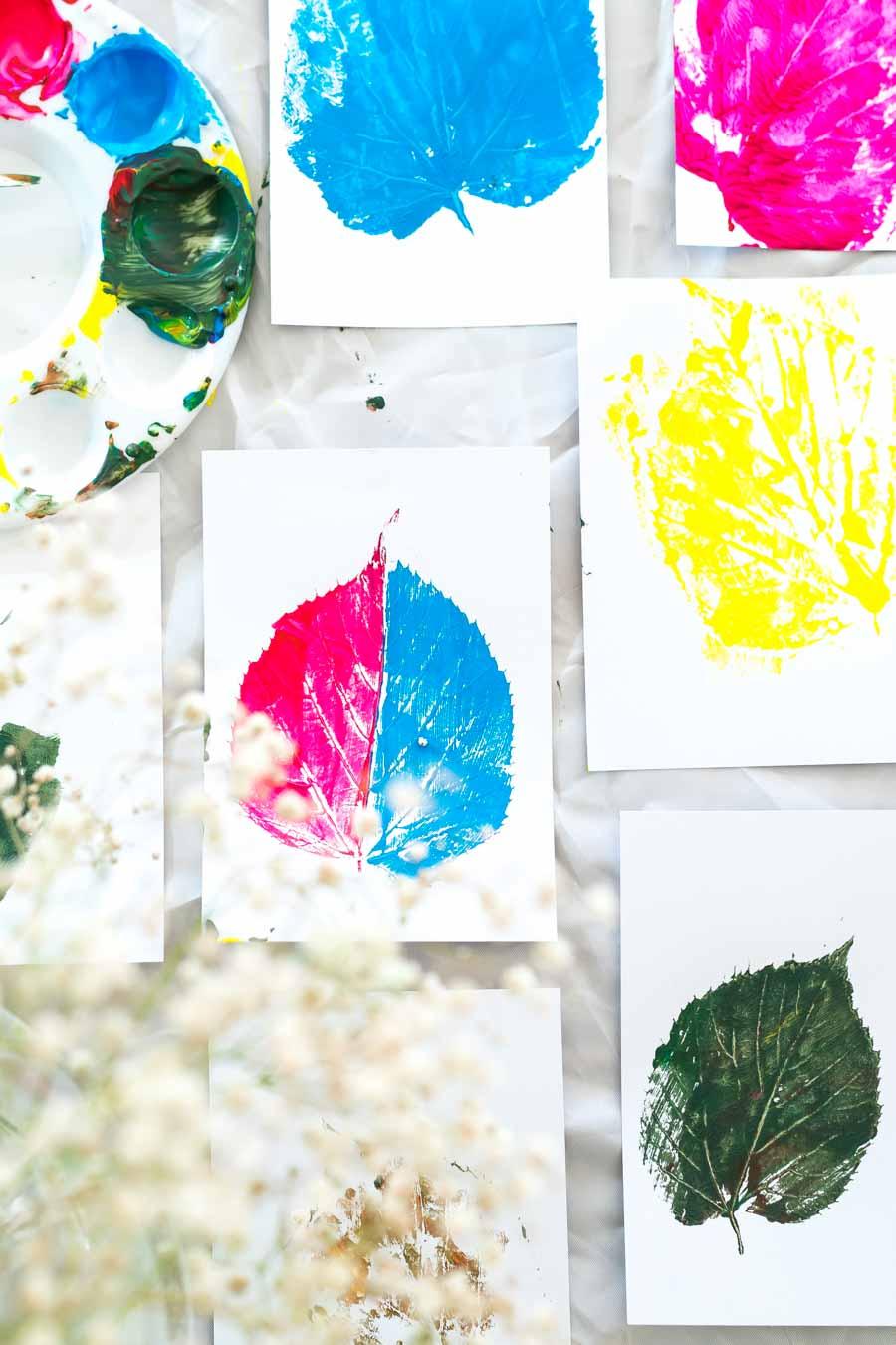 Bastelideen Herbst: Blätter bemalen mit Kindern. Eine Anleitung für Eltern: Welche Farben, was brauche ich? Wir zeigen wie wir gepresste Blätter mit Acrylfarbe bemalen. Herbstbasteln mit Kindern, in der Kita, Kindergarten und zu Hause. Basteln mit Kindern, Basteln Herbst, Kleinkinder, Steine bemalen, Basteln mit Naturmaterialien #basteln #herbst #bastelideen #herbstbasteln #kleinkinder #spielideen #herbstblätter #blätterabdruck #blätterpostkarten