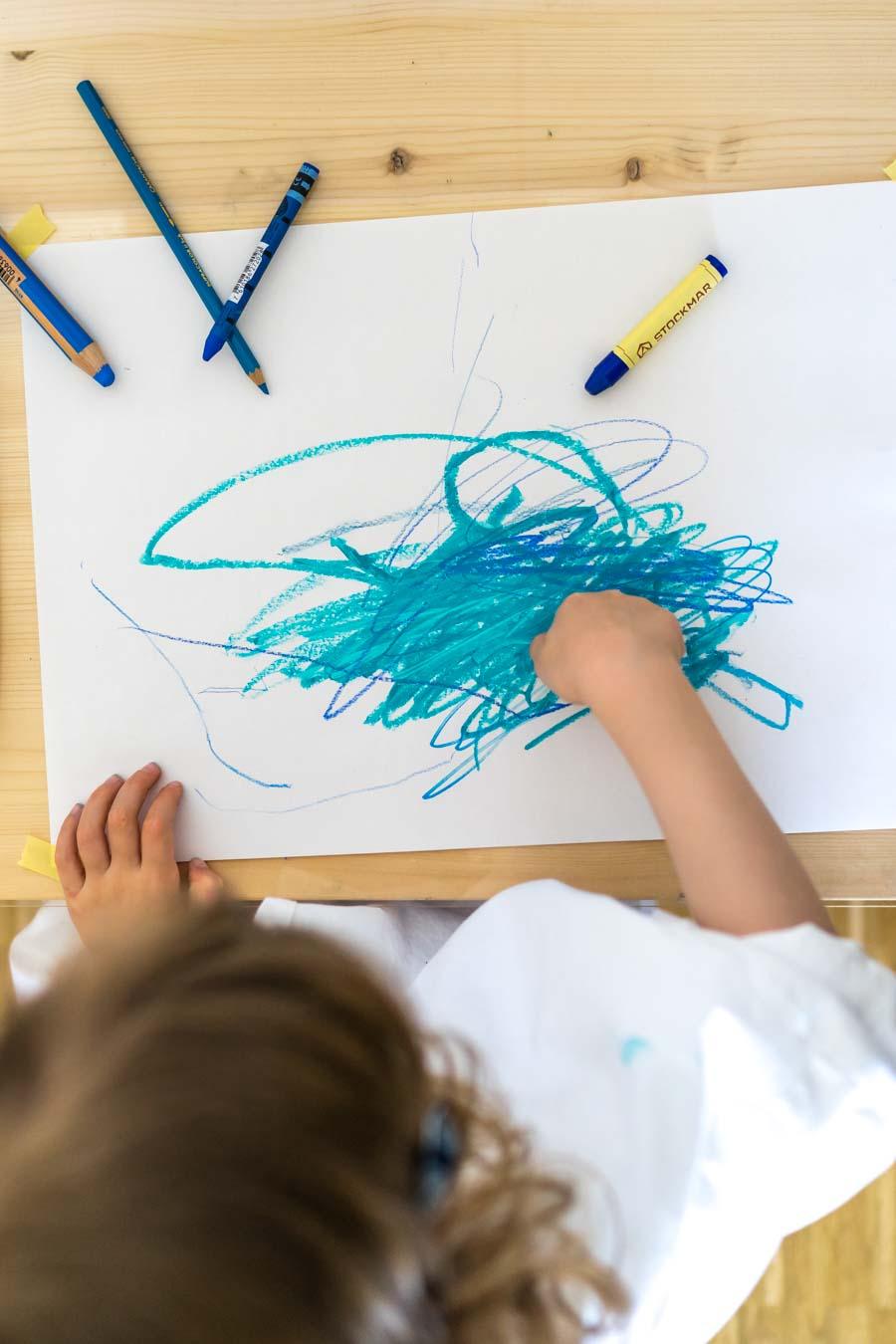 """Basteln mit Kleinkindern: Eine Anleitung für Eltern. Wir zeigen euch, eine einfache Idee der """"kreativen Einladungen"""". Dabei können Kinder ohne Erwartungsdruck oder Vorgaben basteln und malen. Und spielerisch Farben, Formen und Konsistenzen entdecken. Einfache Bastelideen für Kinder, in der Kita, Kindergarten und zu Hause. Basteln mit Kindern findet ihr auf dem Blog: www.chezmamapoule.com #malspiel #unerzogen #montessori #spielideen #attachmentparenting #freiesmalen #freiesbasteln"""