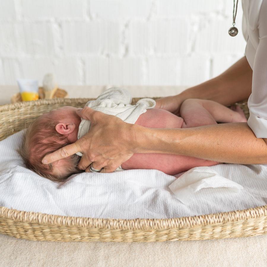 Kinästhethic Infant Handling: Neugeborene wickeln, Baby Windeln wechseln, Neugeborene richtig wickeln, sicher hinlegen und aufnehmen, achtsame Pflege, ganze Anleitung auf dem Blog www.chezmamapoule.com #wickeln #baby #anleitung #neugeborene #windeln #wechseln #infanthandling #kinästhethic #kinaesthetic
