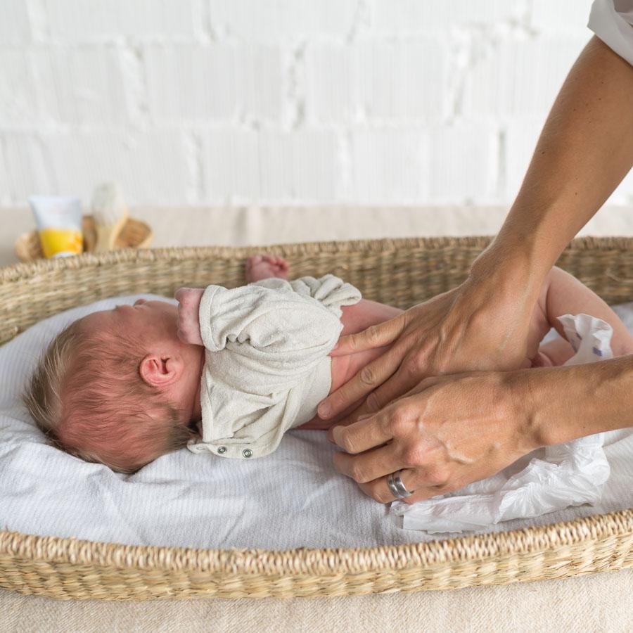 Kinästhethik Infant Handling. Neugeborene wickeln, Baby Windeln wechseln, Neugeborene richtig wickeln, sicher hinlegen und aufnehmen, achtsame Pflege, ganze Anleitung auf dem Blog www.chezmamapoule.com #wickeln #baby #anleitung #neugeborene #windeln #wechseln #infanthandling #kinästhethic #kinaesthetic
