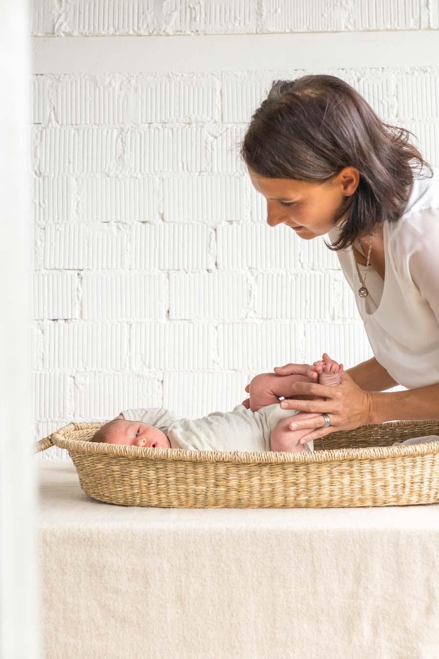 Kinästhethik Infant Handling: Neugeborene wickeln, Baby Windeln wechseln, Neugeborene richtig wickeln, sicher hinlegen und aufnehmen, achtsame Pflege, ganze Anleitung auf dem Blog www.chezmamapoule.com #wickeln #baby #anleitung #neugeborene #windeln #wechseln #infanthandling #kinästhethik #kinaesthetik