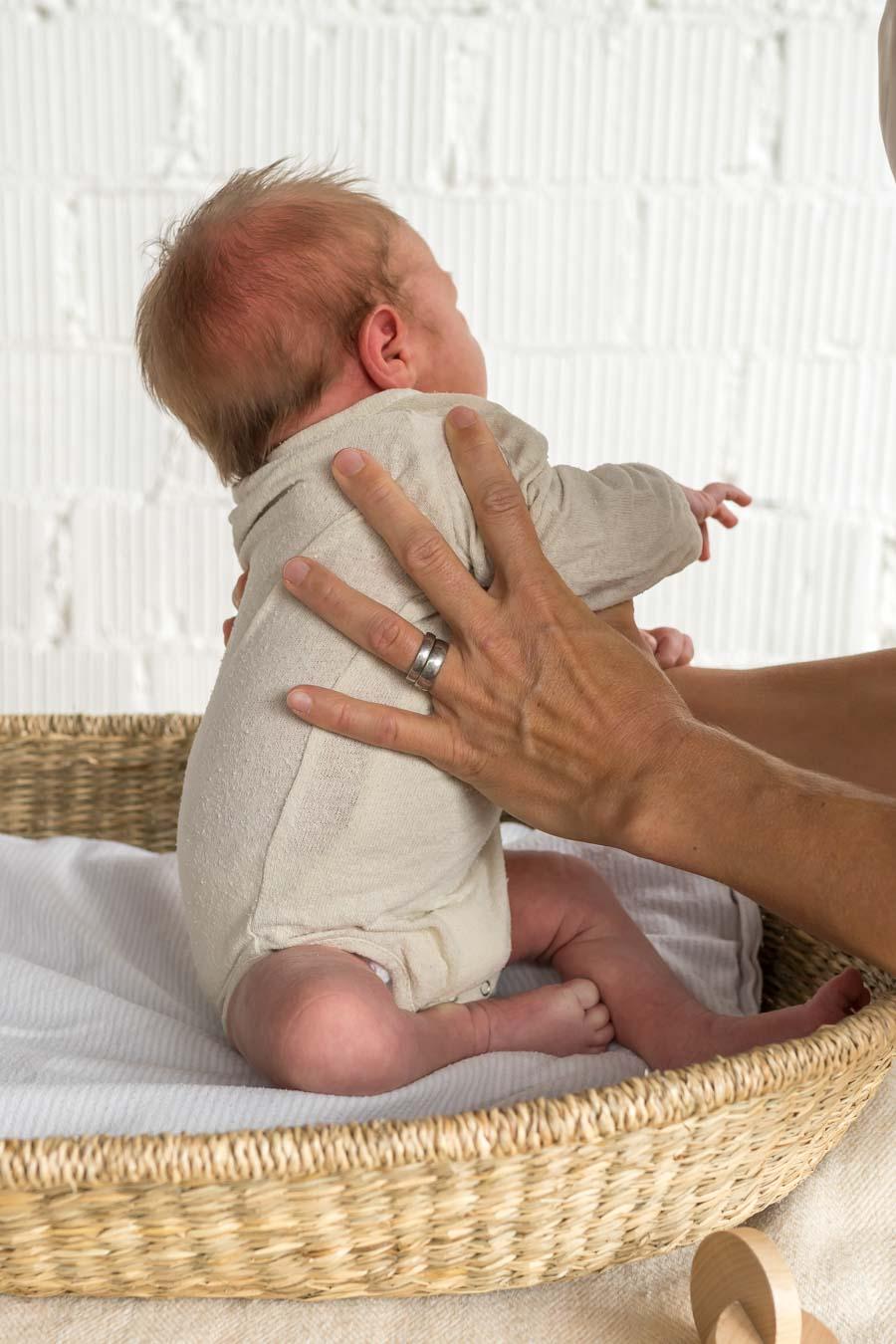Kinästhethik Infant Handling: Neugeborene wickeln, Baby Windeln wechseln, Neugeborene richtig wickeln, sicher hinlegen und aufnehmen, achtsame Pflege, ganze Anleitung auf dem Blog www.chezmamapoule.com #wickeln #baby #anleitung #neugeborene #windeln #wechseln #infanthandling #kinaethethic #kinaesthetik