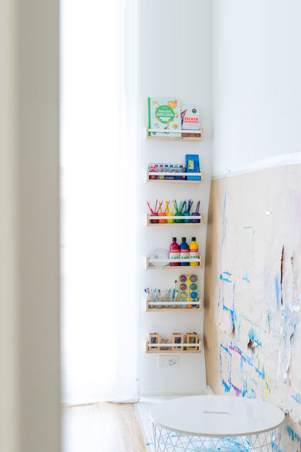 Malen im Stehen: Unsere Malwand und Kreativecke für Kinder. Mit einem IKEA-Hack könnt ihr eine Malecke in einem Kinderzimmer oder in der Kita einrichten und Malzubehör einrichten. Mehr unter: www.chezmamapoule.com #Bastelecke #Malecke #Kreativecke #Bastelsachen #Malsachen #Malaterlier #Malort #zuHause #Malzimmer #Kinderzimmer #Bastelecke #einrichten #organisieren #Kita #Kleinkind #Kunstbereich #Basteln #Malwand #Malzubehör #Malbereich #Kreativbereich #IKEAhack #Bekvam #Gewürzregal