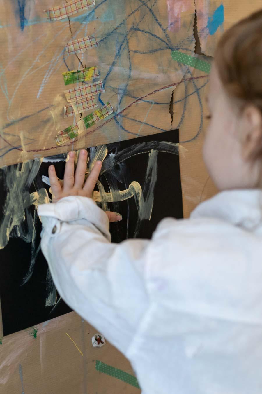 Mit hellen Farben auf dunklem Papier Bilder malen. Eine Idee, wie wir Kinder einfach frei malen lassen können. Ohne Vorgaben zu ihren Bildern, können Kinder ihrer Kreativität freien Lauf lassen. Einfache Bastel- und Malideen für Kinder, in der Kita, Kindergarten und zu Hause gibt es auf: www.chezmamapoule.com #malspiel #unerzogen #montessori #spielideen #attachmentparenting #freiesmalen #freiesbasteln #Kinderbilder #Malspielgruppe #Kinder #Loben #Kita