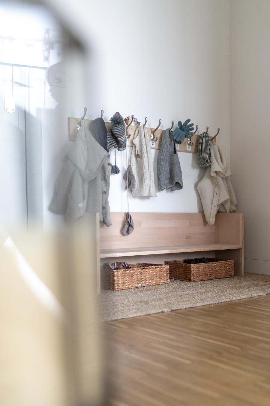 Raus in 5 Min? Diese Kindergarderobe hilft kleinen Kindern, sich selbständig anzuziehen. Momhacks zum Alltag mit zwei Kindern und ein DIY-Tutorial für die Garderobe & Garderobenleiste gibt es bei: www.chezmamapoule.com #diy #berlinerhocker #flur #selbermachen #holz #wenigplatz #diyidee #möbel