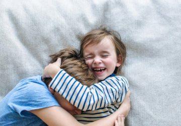 Wie wir negative Gefühle zulassen können. Und somit Geschwisterliebe fördern und Geschwisterrivalität nicht mehr anheizen. Wie wir unseren Kindern zeigen wie man Gefühle beschreiben, Gefühle zulassen und Gefühle zeigen kann. Mehr lesen: www.chezmamapoule.com #elternsein #unerzogen #montessori #erziehung #familie #kinder #geschwisterstreit #eifersucht #bindungsorientiert #attachmentparenting