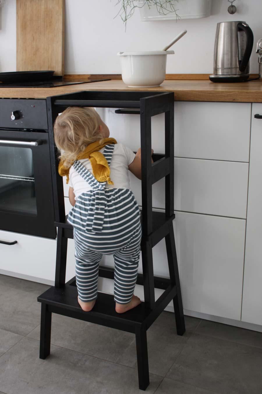 DIY Learningtower für Kinder. Und die Frage: Kann Montessori Leben verändern? Bericht einer Mutter über ihren Montessori Weg, die vorbereitete Umgebung und Montessori zu Hause. Wie Einrichtung und kleine Rituale das Leben von Kleinkindern (ab 2 Jahre) verbessern können. Mit Ideen für Kinderzimmer einrichten für Kleinkinder, Jungen oder Mädchen. #floorbed #bodenbett #babyzimmer #kidsroom #nursery #learningtower #diy