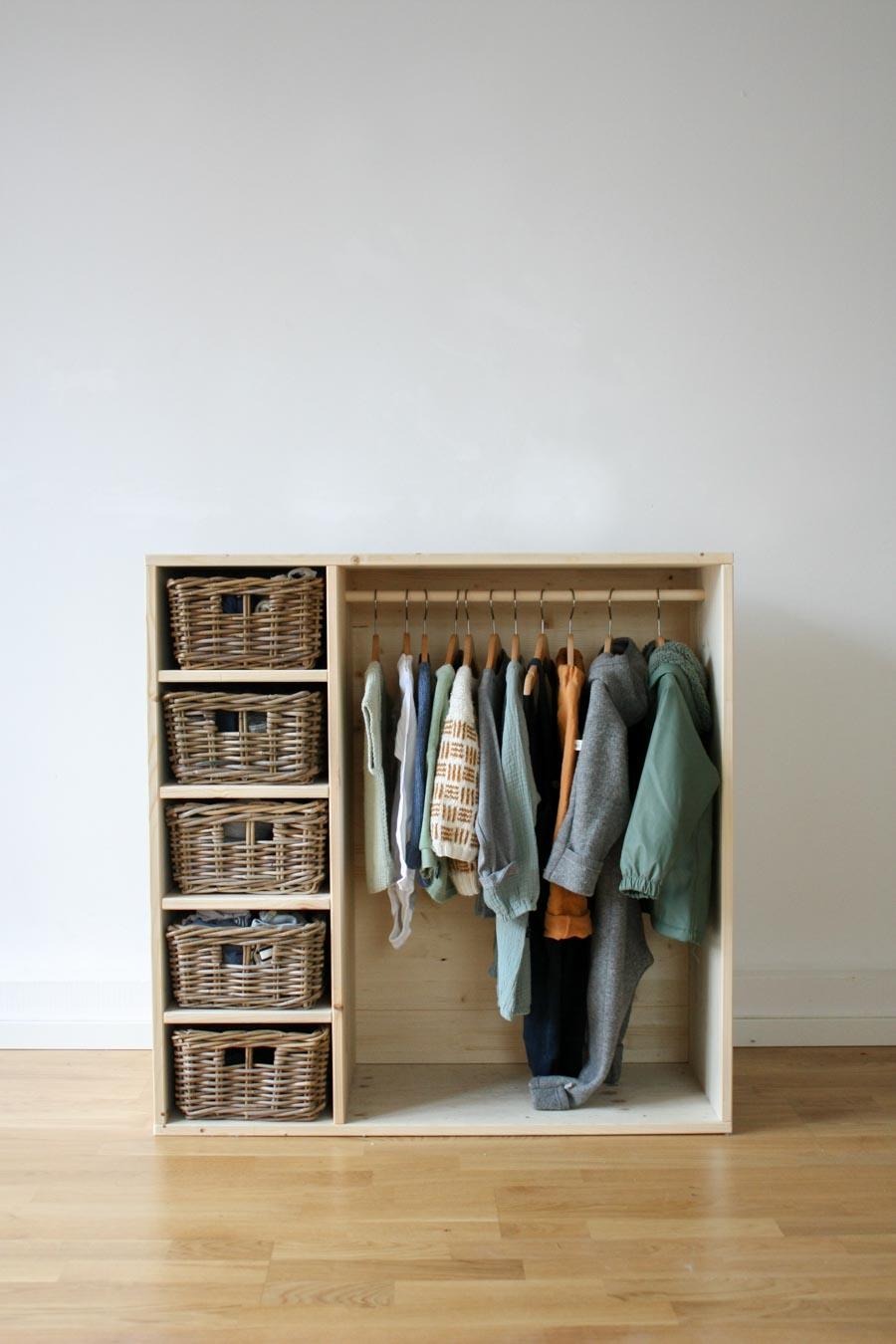 Kleiderschrank nach Montessori: DIY Kindermöbel für ein Montessori Kinderzimmer für Kleinkinder (ab zwei Jahre) #holz #wenigplatz #diyidee #möbel