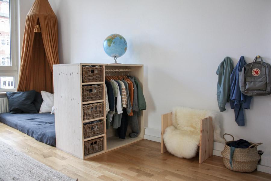 Montessori Kinderzimmer: Einrichtung für ein Kleinkind (ca. 2. Jahre) Wie man Möbel selber macht #holz #wenigplatz #diyidee #möbel