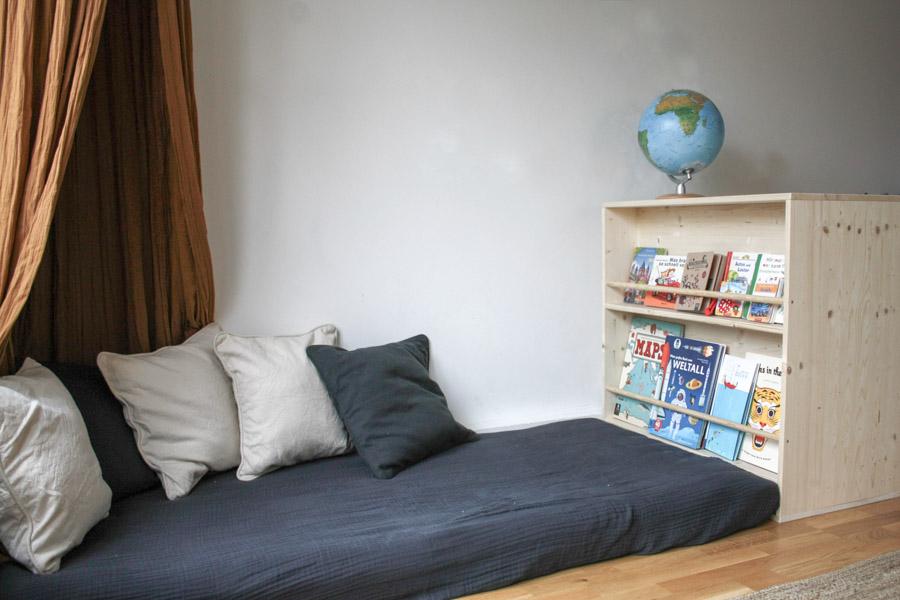 Montessori zu Hause: Do it yourself Kinderzimmer auf Kinderhöhe, ein Floorbed und ein Bücherregal zum selbermachen #holz #wenigplatz #diyidee #möbel