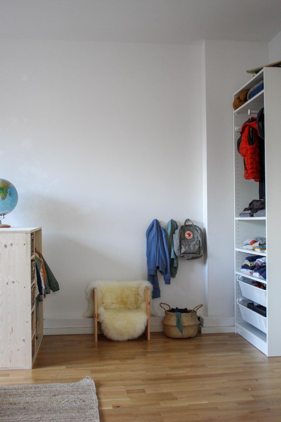 Ankleidebereich für Kinder in einem Montessori Kinderzimmer einrichten: Alles auf Höhe der Kinder. Wir zeigen wir ihr Kindermöbel selbermachen könnt #diy #selbermachen #holz #wenigplatz #diyidee #möbel