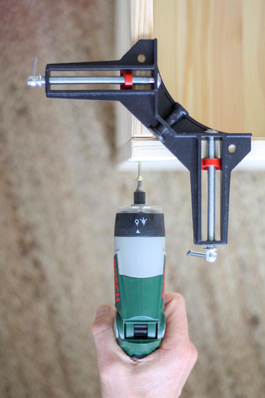 4. Regal verschrauben Mit Hilfe des Winkelspanners zunächst die Seitenwände A mit Unterboden B verschrauben.