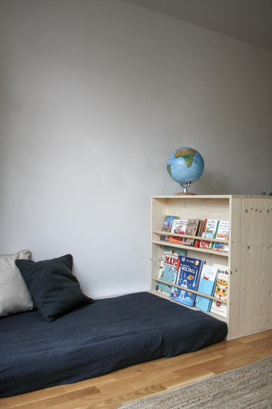 Floorbed und Bücherregal auf Kinderhöhe. DIY Tutorial für frei zugängliche Bücher in einem Kinderzimmer #diy #selbermachen #holz #wenigplatz #diyidee #möbel