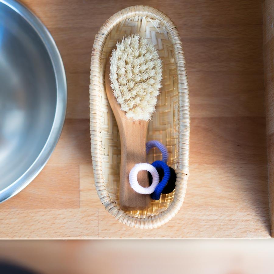 """Kleine Körbe für Bürsten und Haargummis. Ordnung hilft Kindern im Alltag. // Aus dem Artikel """"7 Tipps, wie man nach Montessori einrichten kann, auch mit einem knappen Budget"""" Alles Ideen, die ihr sofort umsetzen könnt: www.chezmamapoule.com #montessori #vorbereiteteumgebung #montessorizuhause"""