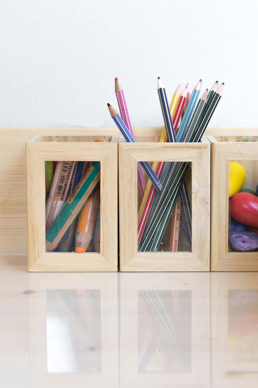 """Ordnung und ansprechende Präsentation machen Kindern Lust kreativ zu werden. // Aus dem Artikel """"7 Tipps, wie man ein Montessori Kinderzimmer einrichten kann, auch mit einem knappen Budget"""" Alles Ideen, die ihr sofort umsetzen könnt: www.chezmamapoule.com #montessori #vorbereiteteumgebung #montessorizuhause"""