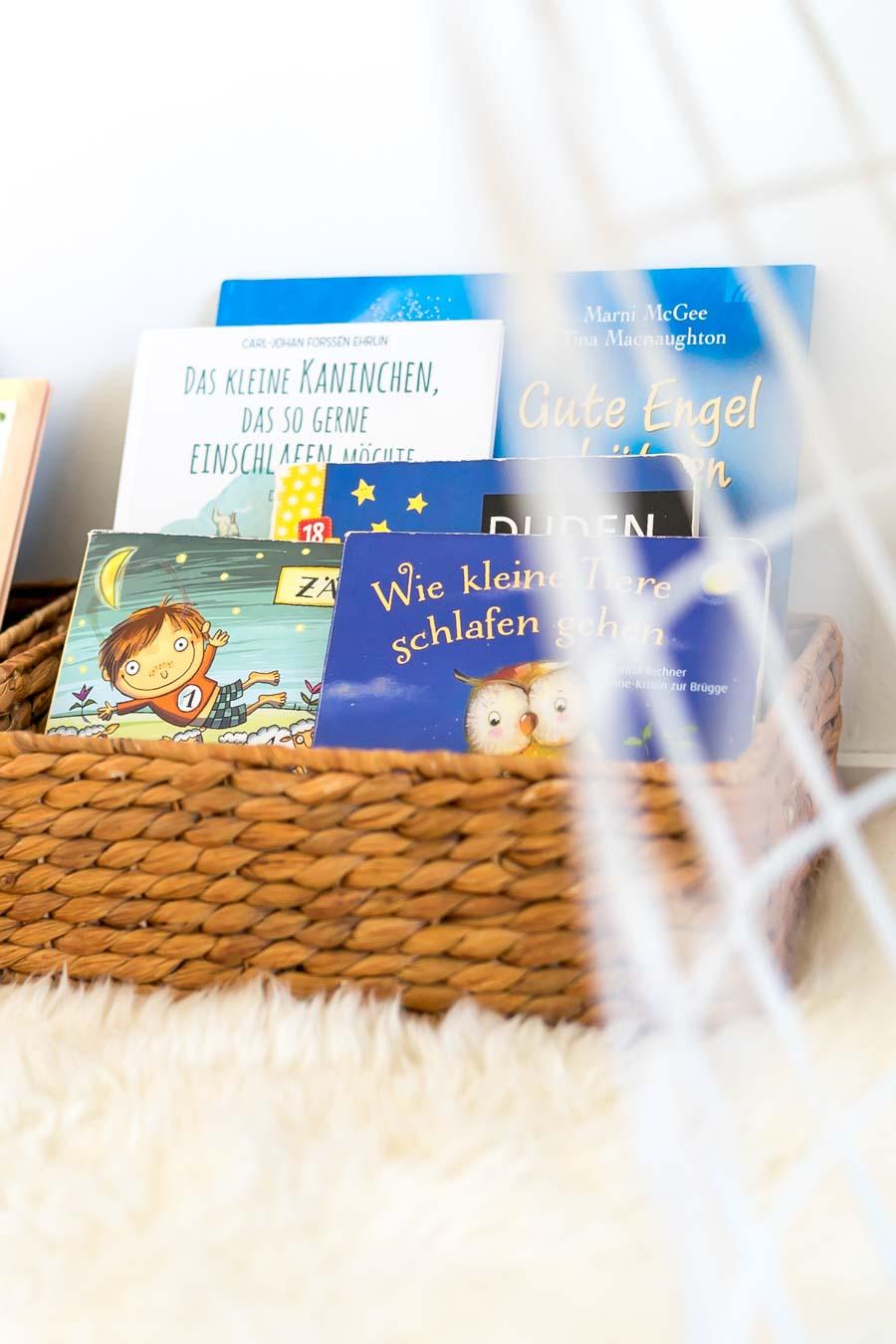 """Buchcover die nach vorne zeigen, laden eher zum Lesen von Kinderbüchern ein. // Aus dem Artikel """"7 Tipps, wie man ein Montessori Kinderzimmer einrichten kann, auch mit einem knappen Budget"""" Alles Ideen, die ihr sofort umsetzen könnt: www.chezmamapoule.com #montessori #vorbereiteteumgebung #montessorizuhause"""
