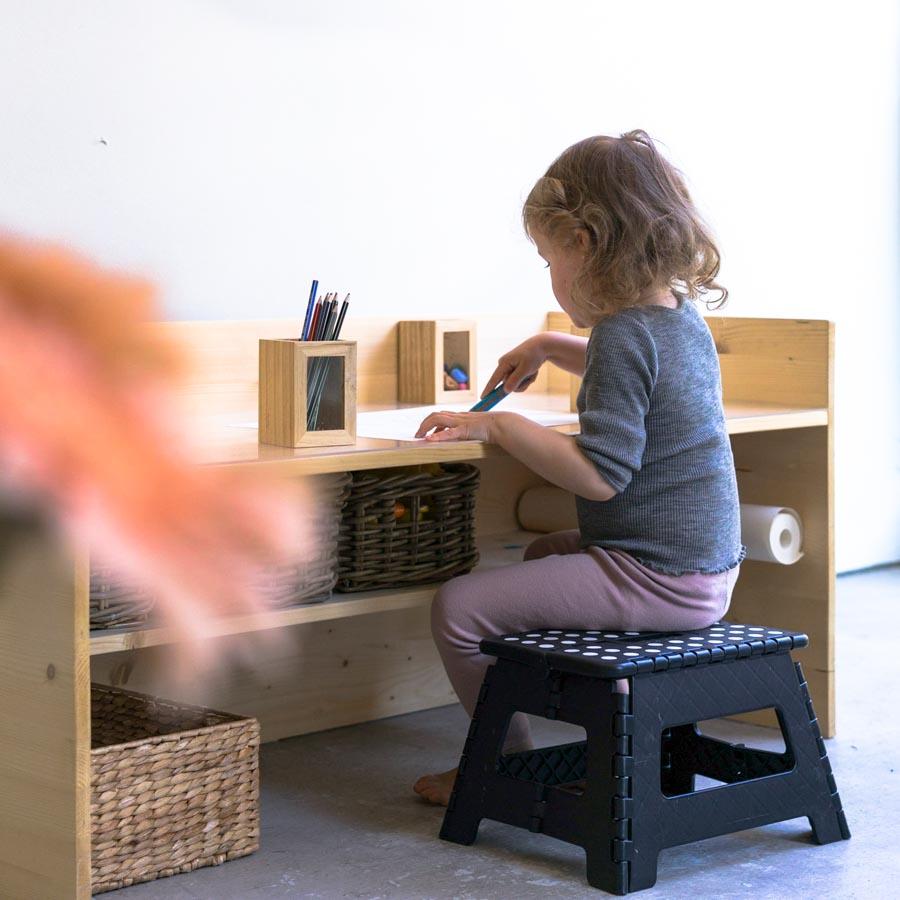 """Kleine Möbel kann man ganz einfach selber schreinern. // Aus dem Artikel """"7 Tipps, wie man ein Montessori Kinderzimmer einrichten kann, auch mit einem knappen Budget"""" Alles Ideen, die ihr sofort umsetzen könnt: www.chezmamapoule.com #montessori #vorbereiteteumgebung #montessorizuhause"""