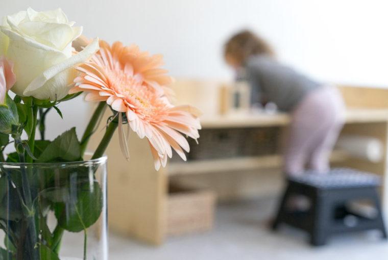 """Aus dem Artikel """"7 Tipps, wie man ein Montessori Kinderzimmer einrichten kann, auch mit einem knappen Budget"""" Alles Ideen, die ihr sofort umsetzen könnt: www.chezmamapoule.com #montessori #vorbereiteteumgebung #montessorizuhause"""
