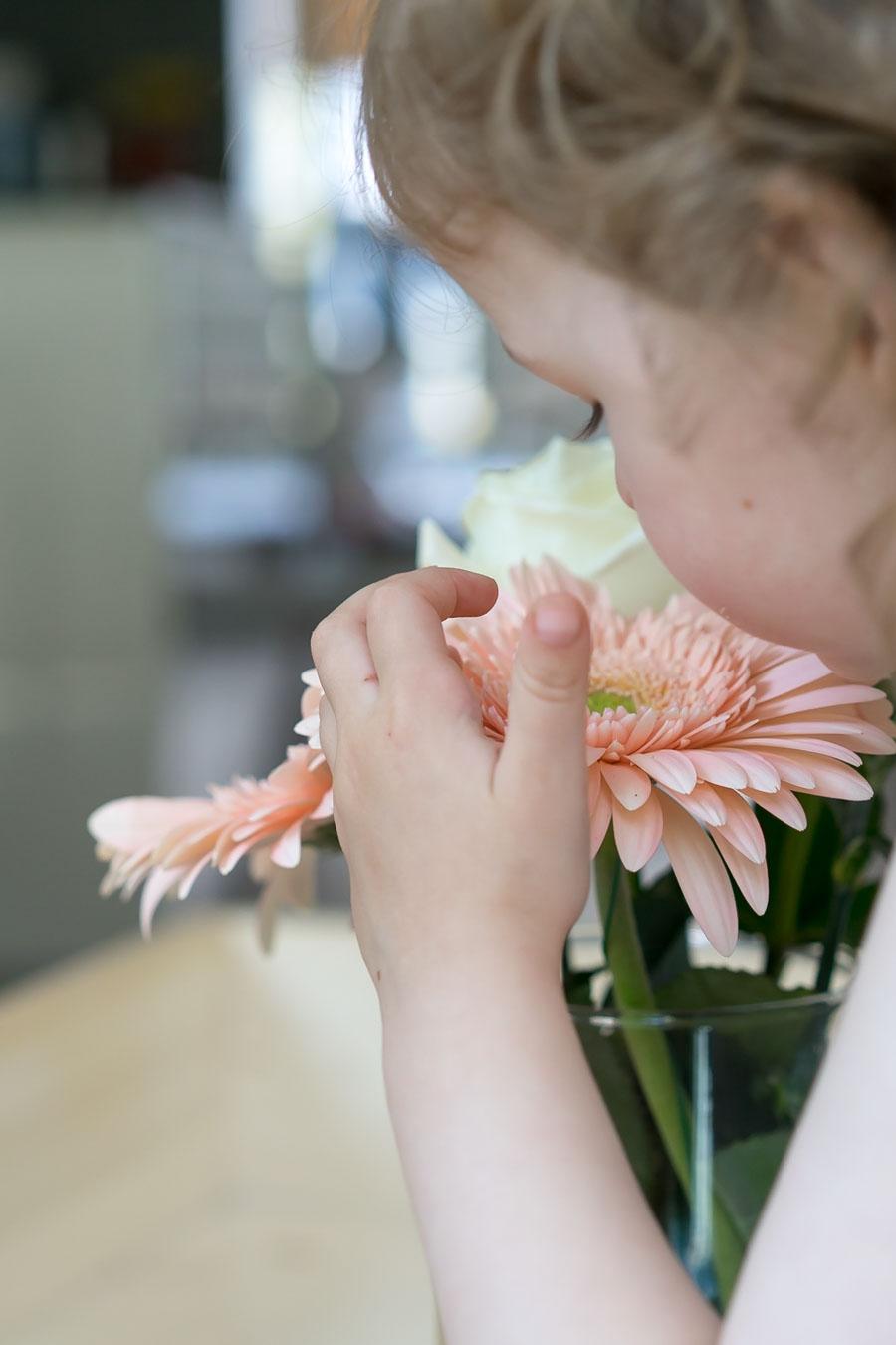 """Blumen auf Kinderhöhe, so dass es die Kleinsten auch geniessen können. // Aus dem Artikel """"7 Tipps, wie man ein Montessori Kinderzimmer einrichten kann, auch mit einem knappen Budget"""" Alles Ideen, die ihr sofort umsetzen könnt: www.chezmamapoule.com #montessori #vorbereiteteumgebung #montessorizuhause"""