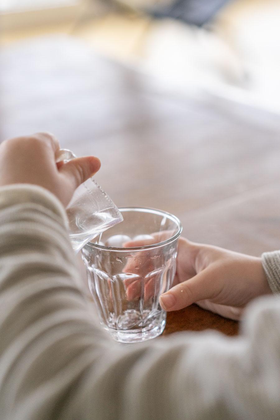 """Sich selber Wasser einschenken, ist ein tolles Gefühl und stärkt das Selbstvertrauen von Kindern. // Aus dem Artikel """"7 Tipps, wie man nach Montessori einrichten kann, auch mit einem knappen Budget"""" Alles Ideen, die ihr sofort umsetzen könnt: www.chezmamapoule.com #montessori #vorbereiteteumgebung #montessorizuhause"""