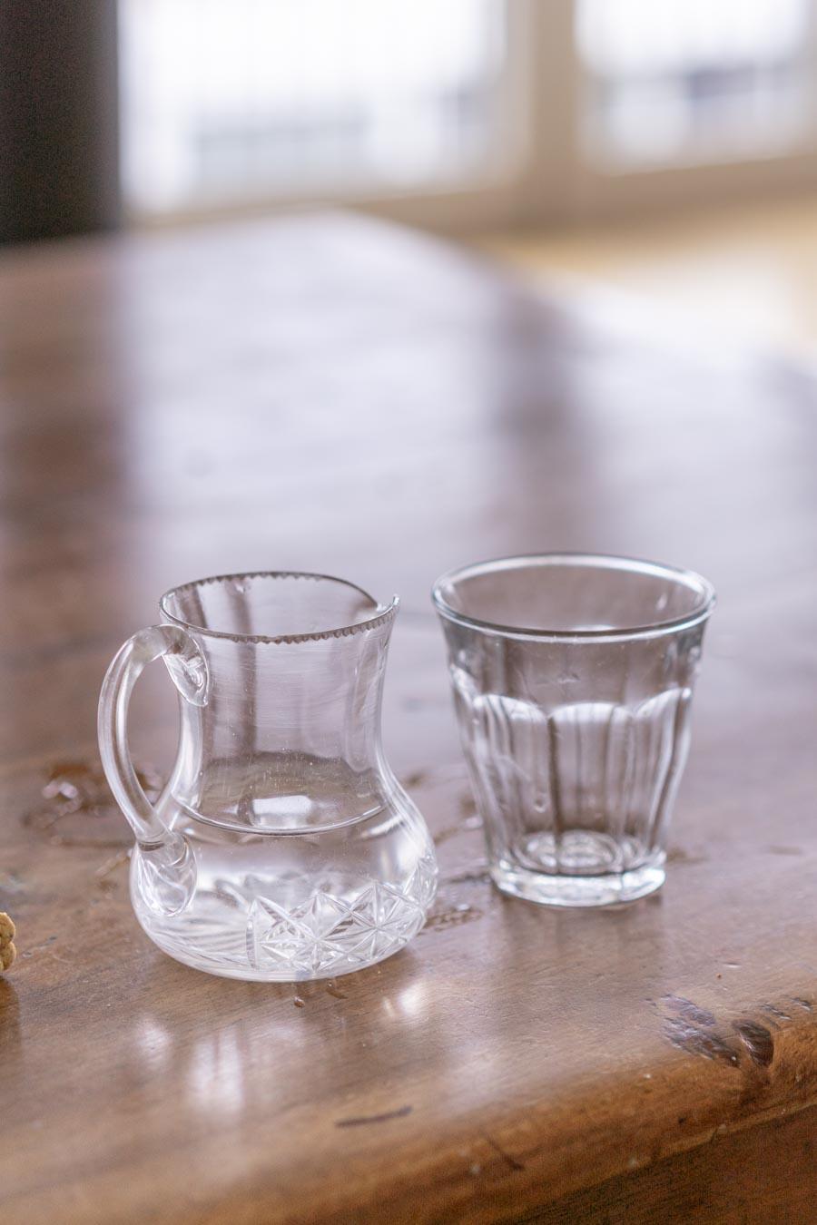 """Kleiner Krug und Glas für Kinder. // Aus dem Artikel """"7 Tipps, wie man nach Montessori einrichten kann, auch mit einem knappen Budget"""" Alles Ideen, die ihr sofort umsetzen könnt: www.chezmamapoule.com #montessori #vorbereiteteumgebung #montessorizuhause"""
