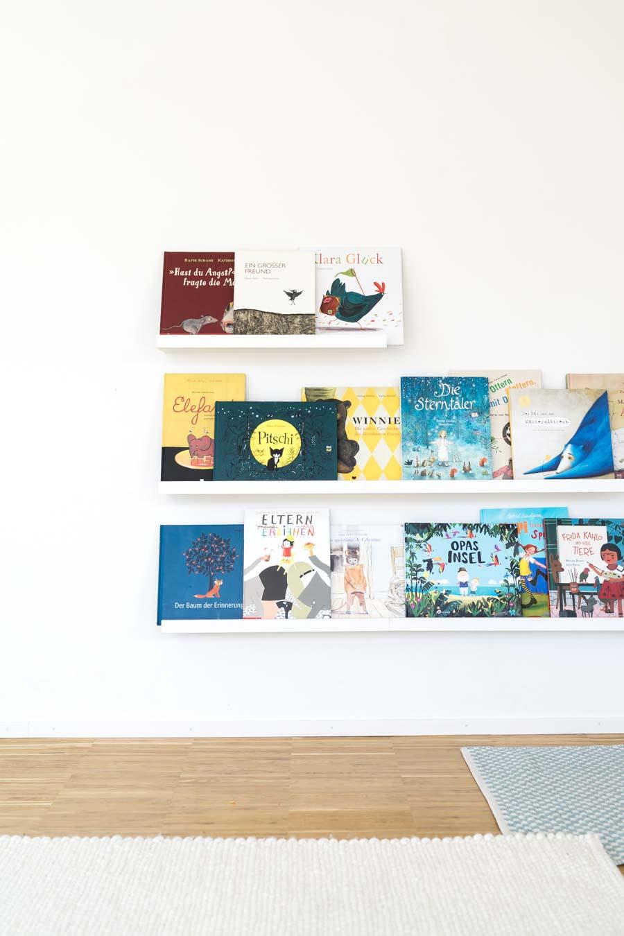 """Buchdeckel nach vorne, laden Kinder ein zum Lesen. // Aus dem Artikel """"7 Tipps, wie man ein Montessori Kinderzimmer einrichten kann, auch mit einem knappen Budget"""" Alles Ideen, die ihr sofort umsetzen könnt: www.chezmamapoule.com #montessori #vorbereiteteumgebung #montessorizuhause"""