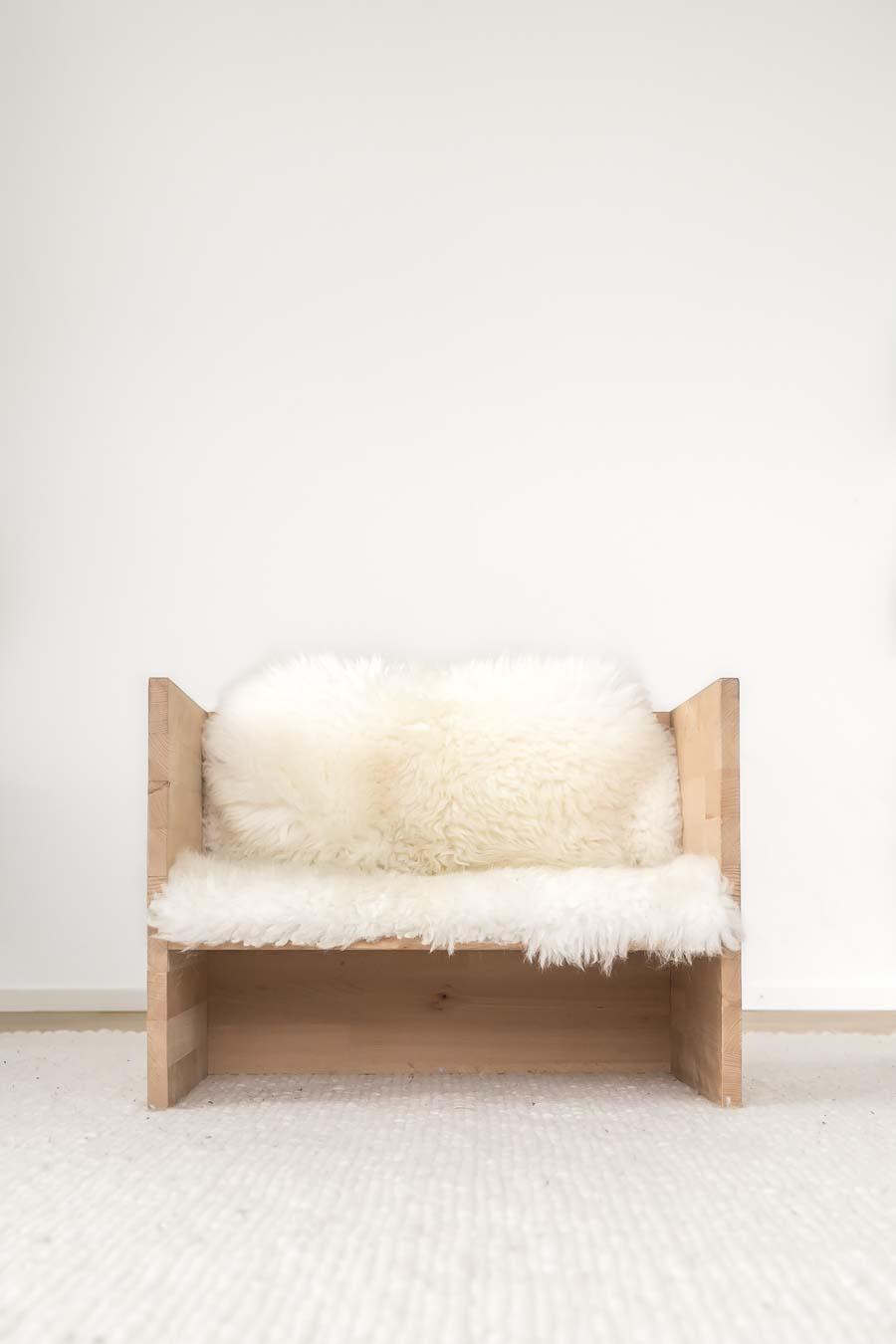 """Kleine Möbel wie dieser Berlinerhocker, kann man ganz einfach selber machen. // Aus dem Artikel """"7 Tipps, wie man ein Montessori Kinderzimmer einrichten kann, auch mit einem knappen Budget"""" Alles Ideen, die ihr sofort umsetzen könnt: www.chezmamapoule.com #montessori #vorbereiteteumgebung #montessorizuhause"""