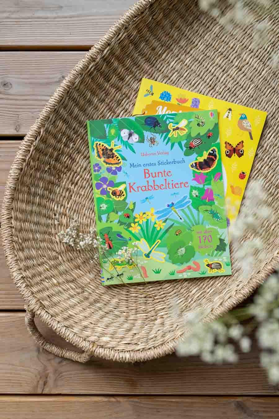"""Stickerbücher """"Bunte Krabbeltiere"""": Wir liefern 10 Ideen, um lange Reisen mit Kind (im Zug oder Auto) mit Freude zu überstehen. Spiele ohne Material, Lieder (Spotifylisten), erprobte Hörbücher & Apps, sowie (Sticker-)bücher und Spielideen die wenig Platz im Koffer brauchen. Beschäftigung und Spiele für Unterwegs. Für Kleinkinder und Eltern die Urlaub mit Kind #spielideen #reisen #nachhaltigreisen"""