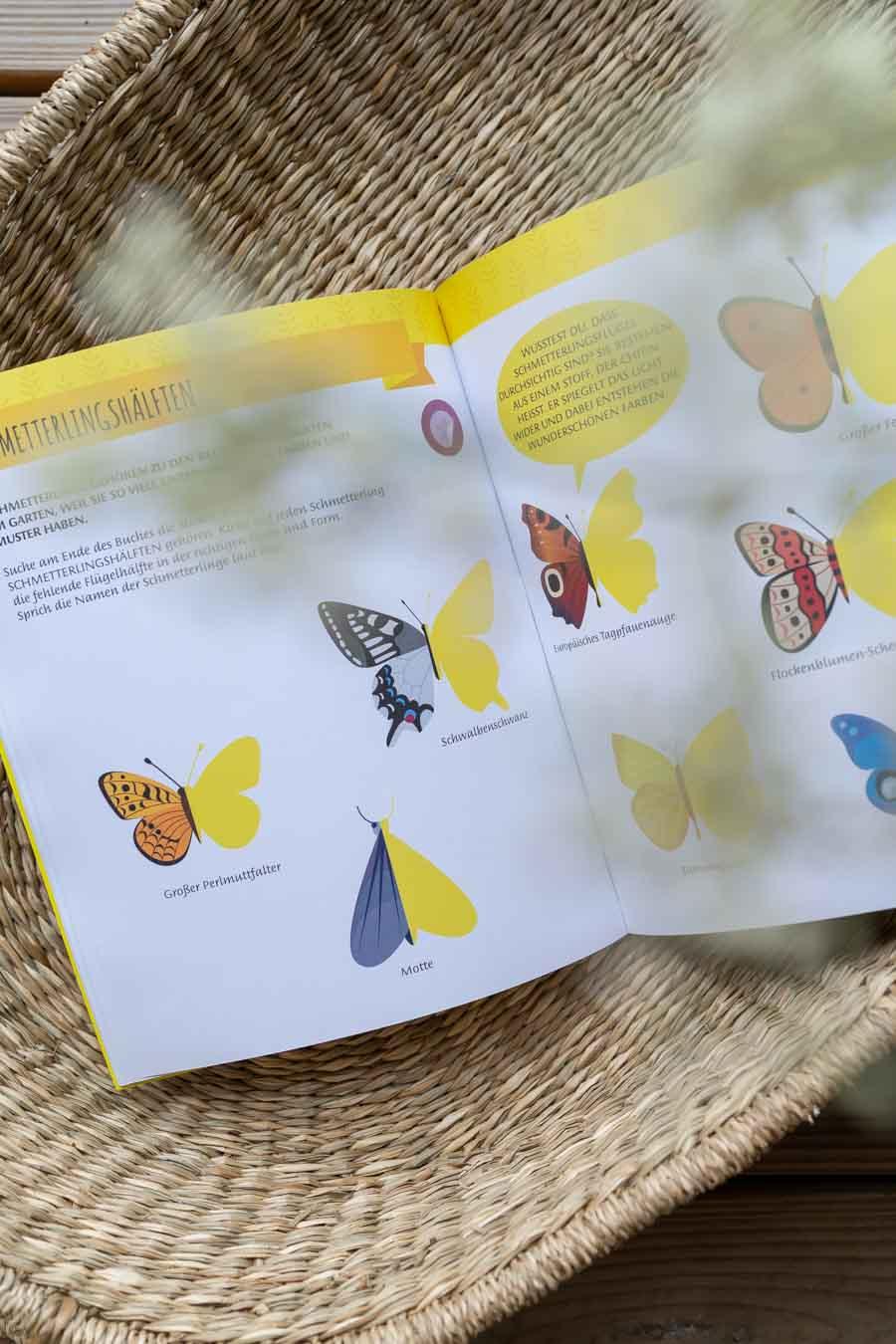 Beschäftigung für Unterwegs: Schmetterlingshälften stickern. Wir liefern 10 Ideen, um lange Reisen mit Kind (im Zug oder Auto) mit Freude zu überstehen. Spiele ohne Material, Lieder (Spotifylisten), erprobte Hörbücher & Apps, sowie (Sticker-)bücher und Spielideen die wenig Platz im Koffer brauchen. Beschäftigung und Spiele für Unterwegs. Für Kleinkinder und Eltern die Urlaub mit Kind #spielideen #reisen #nachhaltigreisen